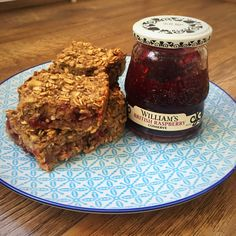 Very berry jam flapjacks - low fat and low syn — Rosie and the Recipes Banana Flapjack, Healthy Flapjack, Flapjack Recipe, Healthy Eating Tips, Healthy Nutrition, Healthy Recipes, Drink Recipes, Healthy Food, Slimming World Flapjack