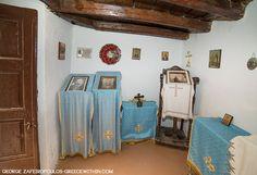Ο Παπαδιαμάντης το 1880 δεν είχε να πληρώσει το νοίκι του και φιλοξενήθηκε σε ένα καμαράκι στο προαύλιο μιας εκκλησίας. Μέσα σε εκείνο το λαγούμι έγραψε τη «Φόνισσα» πάνω σε μπακαλόχαρτα που του πρόσφερε ένας γειτονικός μπακάλης.