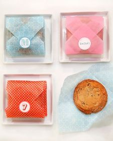 DIY for easy cookie envelopes to give as gifts or favors. Cookie Envelope How-To: Cut an square of tissue paper. Fold all four corners around the cookie. Seal with a sticker. You can monogram your stickers using initials, numbers, or phrases. Fiesta Baby Shower, Baby Shower Favors, Baby Shower Parties, Shower Party, Shower Gifts, Baby Showers, Wedding Showers, Cookie Packaging, Food Packaging