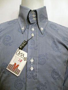 フロントは2連ボタン留めです。ボタンはマザーオブパールの最高品質ボタンを使用し、背中は手縫いのフル・ボックスプリーツでDNAの代表的なスタイルで、 日本別注のシャツです。   個性的な ネイビーのスモール(ハーフインチ約1㎜)・ギンガムに、ダークネイビーのギンガムを使用してペイズリー柄が規則的に入り、裁断によりランダムになっているところが魅力的です。  SOLD