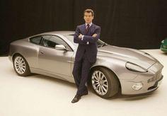 """ASTON MARTIN V12 VANQUISH Película: Otro día para morir (2002)  El Aston volvió a ser famoso por primera vez en cinco años. Al describir el auto, John Cleese (Q), dijo: """"Aston Martin lo llamó 'Vanquish', nosotros le decimos 'Vanish' [Desaparece]"""". El auto viene con un manto invisible, junto con su """"típico"""" asiento eyectable, torpedos y  escopeta con buscador de objetivos."""