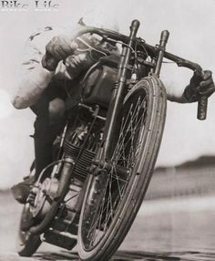 Vintage Motorcycles Classic 1923 Ralph Hepburn encircling the track at limit of speed on his motorcycle Motos Vintage, Vintage Bikes, Vintage Motorcycles, Custom Motorcycles, Vintage Cars, Indian Motorcycles, Bobbers, Course Vintage, Scooter Moto