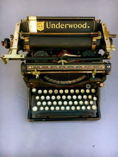 Underwood Typewriter, Vintage Typewriters, Metal Tins, Writing Instruments, Inventions, Vintage Antiques, Office Automation, The Past, Old Things