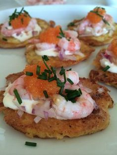 Frasiga ostplättar --- Fried cheese rounds with shrimp, caviar and creme fraiche - Swedish recipe - give me a shout if you need translation Low Carb Recipes, Snack Recipes, Cooking Recipes, Snacks, Tapas, I Love Food, Good Food, Yummy Food, Party Food And Drinks