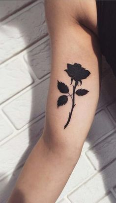 Beautiful Black Rose Arm Tattoo Ideas for Women - Single Flower Bicep Tat - www. - Thinks Tatto Single Rose Tattoos, Rose Tattoo On Arm, Black Rose Tattoos, Flower Tattoo Arm, Flower Tattoo Shoulder, Back Tattoo, Tattoo Flowers, Trendy Tattoos, New Tattoos