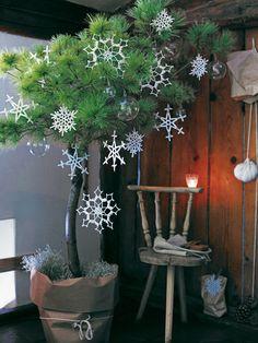 burda style, Weihnachten - Diese zauberhaften Kristalle fallen nicht vom Himmel, sondern werden gehäkelt. Aus burda style 12/2011. Foto: Andreas Hörnisch