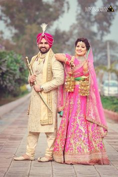 Sikh wedding photography of Punjab bride and groom. Indian Wedding Pictures, Indian Wedding Poses, Indian Bridal Photos, Wedding Picture Poses, Indian Pictures, Sikh Wedding, Punjabi Wedding Couple, Couple Wedding Dress, Wedding Couples