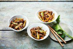 Le cèleri branche est un légume épanoui lorsqu'il est sauté. À la poêle, ou dans un wok durement chauffé et avec quelques aromates dépaysants… Recette.