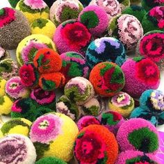 Interior decotration, interior art and design objects: soft sculptures made out of pompons. Crafts For Teens To Make, Crafts To Sell, Diy And Crafts, Arts And Crafts, Pom Pom Rug, Pom Poms, Pom Pom Flowers, Pom Pom Crafts, Yarn Crafts