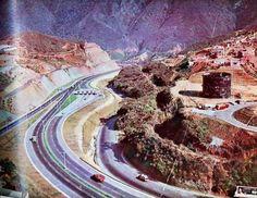 """En esta foto se observan Tres (3) grandes """"Mega-Estructuras viales"""" que se construyeron para beneficio de todos (La identificamos de derecha a izquierda): 1.- Ferrocarril La Guaira a Caracas (encajonado), para esa epoca se ven que aun estaban los rieles, los postes y brazos que soportaban las catenarias 2.- Carretera Vieja Caracas - La Guaira 3.- Autopista Caracas-La Guaira"""