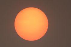 """NoodweerBenelux op Twitter: """"De #zon heeft een speciaal kleurtje vandaag. Komt door aswolken van de #bosbranden in Portugal en door #saharastof. https://t.co/kfJ3zcd1kL"""""""