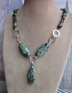 This is green jasper, but I would like to try a similar design with my pink crazy lace agate beads.
