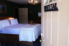 Whitetail Deer Suite - King size bed with Comphy sheets to make your stay relaxing. (Berry Patch Bed and Breakfast)