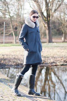 Outfit: Peuterey Coat x Hunterboots | Mood For Style - Fashion, Food, Beauty & Lifestyleblog | Outfitpost mit einem Wollmantel von Peuterey, einem Strickkleid von Tommy Hilfiger, Strümpfen von Falke, einer Sonnebrille von Dior sowie Gummistiefeln von Hunter.