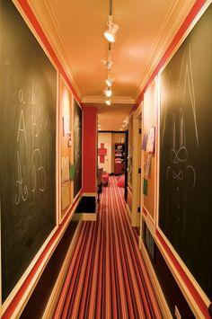 déco couloir avec une peinture ardoise et tapis à rayures