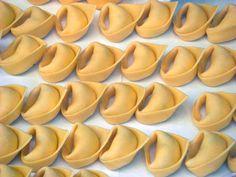 Tortellini or Tortelloni? #pasta http://www.deliciousitaly.com/guide/north-italy-regions/emilia-romagna-guide/emilia-romagna-recipes/item/99-tortelloni-pasta.html