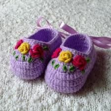 Crochet baby booties with embroidery BY MIRIART: sapatinhos