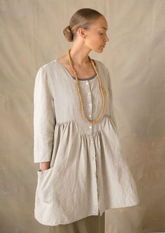 Fabulous woven tunic with plenty of width, three-quarter length sleeves, yoke and front pockets. Sewn in 100% linen in five fabulous colors with lovely neck print on the inside. Oh, I just want to wear it all the time!