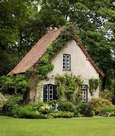 Cool small gardening ideas for tiny house can find Little cottages and more on our website.Cool small gardening ideas for tiny house 38 Style Cottage, Cute Cottage, Cottage In The Woods, Cottage Design, Cottage Homes, Small Cottage House, Tiny House Shed, Tiny Guest House, Little Cottages