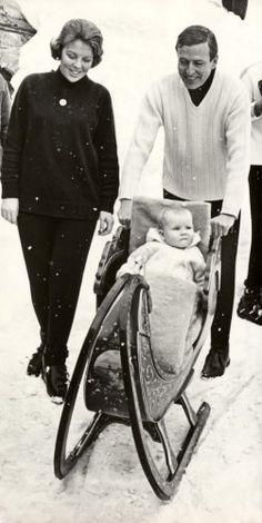 Willem Alexander in de slee met moeder Beatrix en vader Claus. Lech, Oostenrijk, 4 maart 1968.
