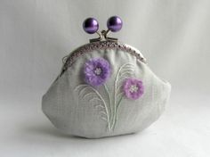 Coin purse in linen , hand embroidered purple flowers, coin pouch Embroidery Purse, Embroidery Motifs, Handmade Wallets, Handmade Bags, Cute Coin Purse, Hand Sewing Projects, Burlap Bags, Purple Purse, Frame Purse