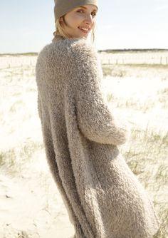 Oversized Look! Gestrickt wird der beigefarbene Plüschmantel mit dem ggh-Garn LAVELLA (50% Alpaka / 30% Wolle / 20% Polyamid, Lauflänge ca. 90m/50g). Rebecca-Garnpaket zu Modell 9 aus dem Rebecca-Heft Nr. 67. – by Rebecca Magazine