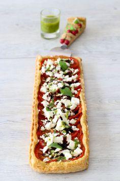Tarte fine au pesto de basilic, tomates et feta - rapide 20 Minutes, Veggie Recipes, Appetizer Recipes, Appetizers, Vegetarian Recipes, Gratin, Quiches, Mini Tarte, Flan