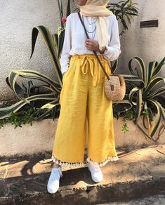 179 meilleurs styles hijab avec jeans pour un dressing chic - page 5 Hijab Fashion Summer, Modern Hijab Fashion, Street Hijab Fashion, Hijab Fashion Inspiration, Muslim Fashion, Modest Fashion, Abaya Fashion, Eid Outfits, Fashion Outfits
