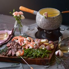 Surf and Turf Cheese Fondue Want to add some romance to your dinner table? This Surf and Turf Cheese Fondue feast is the perfect rich and unique meal to share with someone special! Dips Für Fondue, Cheese Fondue Dippers, Fondue Raclette, Best Cheese Fondue, Beer Cheese, Fondue Party, Fondue Ideas, Meat Fondue Recipes, Raclette Recipes