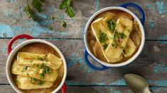 Francúzska cibuľová polievka zapečená so syrom Brie French soup by Lidl. French Soup, Slovak Recipes, Brie, Lidl, Thai Red Curry, Tacos, Meat, Chicken, Cooking
