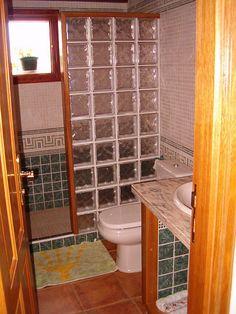 baños pequeños con ducha de obra - Buscar con Google Small Bathroom With Shower, Tiny House Bathroom, Bathroom Design Small, Bathroom Layout, Basement Bathroom, Bathroom Interior, Interior Design Living Room, Glass Block Shower, Rustic Bathrooms