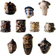 Piccoli pendenti a forma di testina e perle prodotti con la tecnica a verga e attribuiti ai Fenici. IV-III secolo a.C.