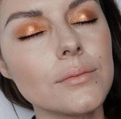 Sometimes just that m one colour is enough Caramel Melange and a damp brush is my kind of Metallic makeup heaven! Makeup Tutorial Eyeliner, Contour Makeup, Eye Makeup Tips, Makeup Inspo, Makeup Inspiration, Beauty Makeup, Hair Makeup, Makeup Ideas, Boho Makeup