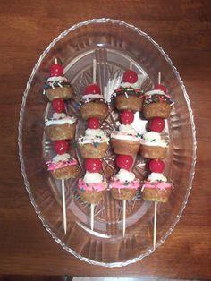 """Mini banana split """"sundae"""" cupcakes"""