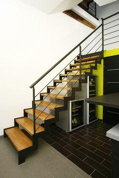 Escalier design avec limon crémaillère en acier et marche en chêne.