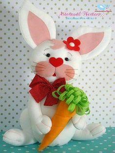 Coelhinho com molde Felt Diy, Felt Crafts, Diy And Crafts, Sewing Toys, Sewing Crafts, Sewing Projects, Sewing Stuffed Animals, Stuffed Animal Patterns, Easter Crafts