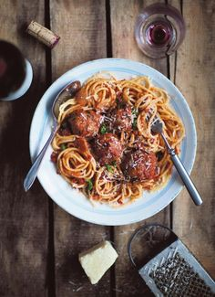 Spagettia ja lihapullia tomaattikastikkeessa