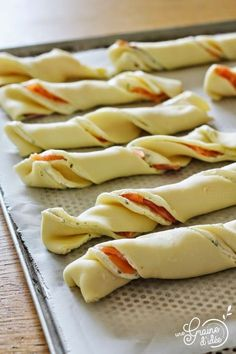 Boursin Salmon Aperitif Twists - Salmon and garlic puff pastry twists – Une Graine d& - Chicken Appetizers, Bacon Appetizers, Appetizer Recipes, Brunch Recipes, Meat Recipes, Fingerfood Party, Light Recipes, Clean Eating Snacks, Food And Drink