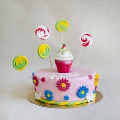 Va prezentam un model de tort colorat, decorat cu margarete si acadele, perfect pentru o petrecere a micutei restransa. Ai optiunea de a alege atat sortimentul tortului, cat si culorile.