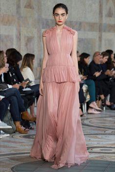Guarda la sfilata di moda Giambattista Valli a Parigi e scopri la collezione di abiti e accessori per la stagione Alta Moda Autunno-Inverno 2017-18.