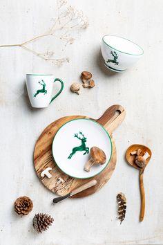 Besonders wohl fühlt sich unser Grüner Hirsch bei Accessoires aus der Natur #gmundnerkeramik #keramik #grünerhirsch #hirsch #grün #einschönesstückleben #geschirr #österreich #handarbeit #handwerkskunst #ceramic #greendeer #deer #green #austria #handmade #handcrafted #unique #dishes #deko #decoration #tischdeko Cookies, Desserts, Dishes, Handmade, Handarbeit, Nature, Biscuits, Deserts, Dessert