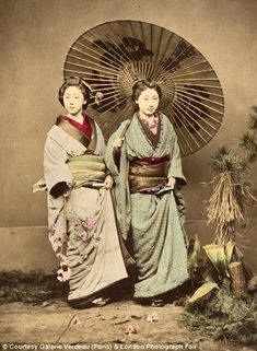 Courtesans, geisha, samurai warriors, women playing instruments and traditional games are among the subjects portrayed in the most unique photography series of Edo-era Japan displayed at the London Photograph Fair. Samurai, Japanese History, Japanese Culture, Japanese Geisha, Vintage Japanese, Japanese Beauty, Japanese Kimono, Japanese Style, Era Meiji