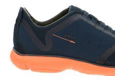 Geox Nebula blau orange (Hersteller-Nr.: U54D7B 02211 C0820). Besonders leichter Einstieg für Herren durch das Gummizug-System. Nach dem umklappen der Fersenkappe kann man in den Schuh wie in eine Pantolette hineinschlüpfen.