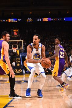 Warriors Shoot Lights Out Against Lakers Golden State Sets Franchise Record With 47 Assists- Nov 23, 2016 The Warriors stretched their current winning streak to nine games with a 149-106 victory over the Lakers on Wednesday. Stephen Curry led all scorers with 31 points, Kevin Durant and Klay Thompson added 28 and 26, as the Dubs scored an NBA season-high 80 points in the first half on their way to a runaway win. With the victory, Golden State improves to 13-2 on the season.