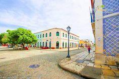 Praça e o casario colonial francês e português do Centro Histórico de São Luís, capital do estado do Maranhão, Brasil.  Fotografia: Ricardo Junior / www.ricardojuniorfotografias.com.br
