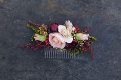 Peine del pelo de la flor en colores rosa de Borgoña. Hecha de flores textiles, espiguilla artificial y lavanda. Ideal para una boda woodland o simplemente para todos los días uso :) Tamaño cca. 16 x 7 cm (6,3 x 2, 7 pulgadas) Todos los artículos en mi tienda son adaptables según sus necesidades. Puede encontrar más de mis productos en mi tienda: https://www.etsy.com/shop/MagaelaAccessories