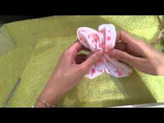 Make a butterfly with towel / Una mariposa con toalla - YouTube