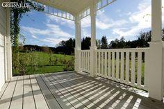 Das Deck dieser Porch haben wir im hellen Grau eingefärbt.  Zeitlos elegant.  Greenville - Architektur.