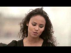 """Mayra Andrade canta """"STÓRIA STÓRIA"""" no heliponto da Folha de São Paulo"""