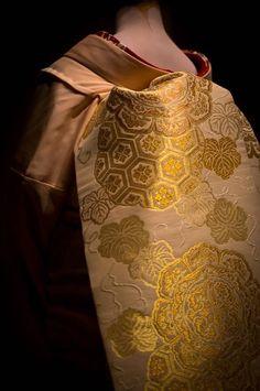 This Ivy House - The kimono (着物, きもの) Geisha Japan, Japanese Geisha, Japanese Beauty, Japanese Art, Japan Japan, Motif Kimono, Kimono Fabric, Traditional Japanese Kimono, Traditional Dresses